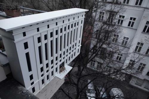 Podczas pobytu w Berlinie, będąc ptakiem, można odwiedzić karmnik, zaprojektowany przez Malte Jensena. Jest to nie tylko czysto funkcjonalny projekt...